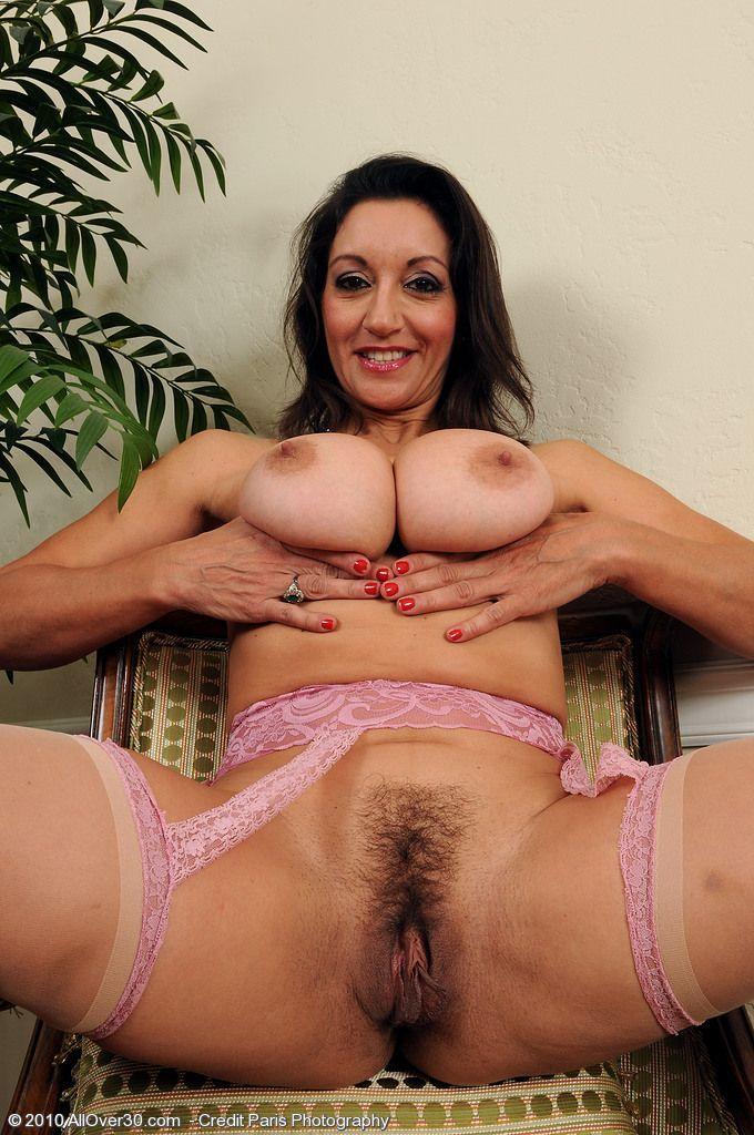 Morena safada mostrando seus peitões para seu namorado