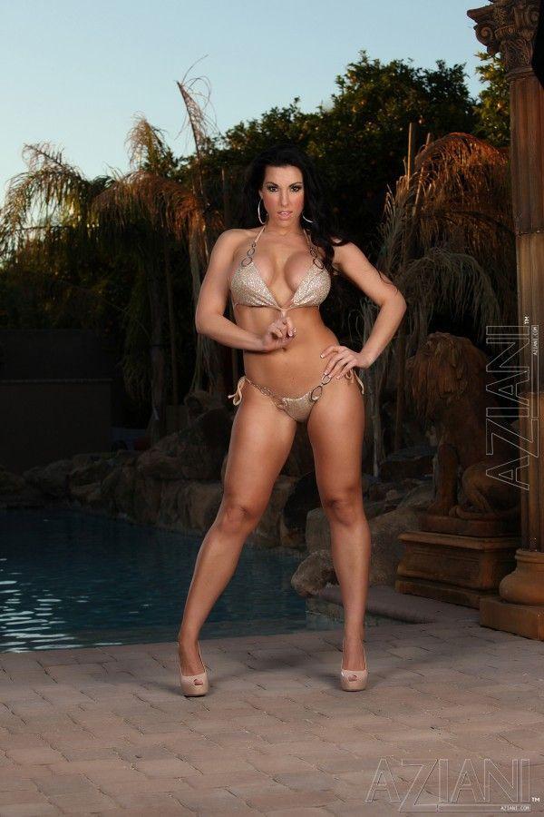 Fotos de gostosa fazendo striptease na beira da piscina