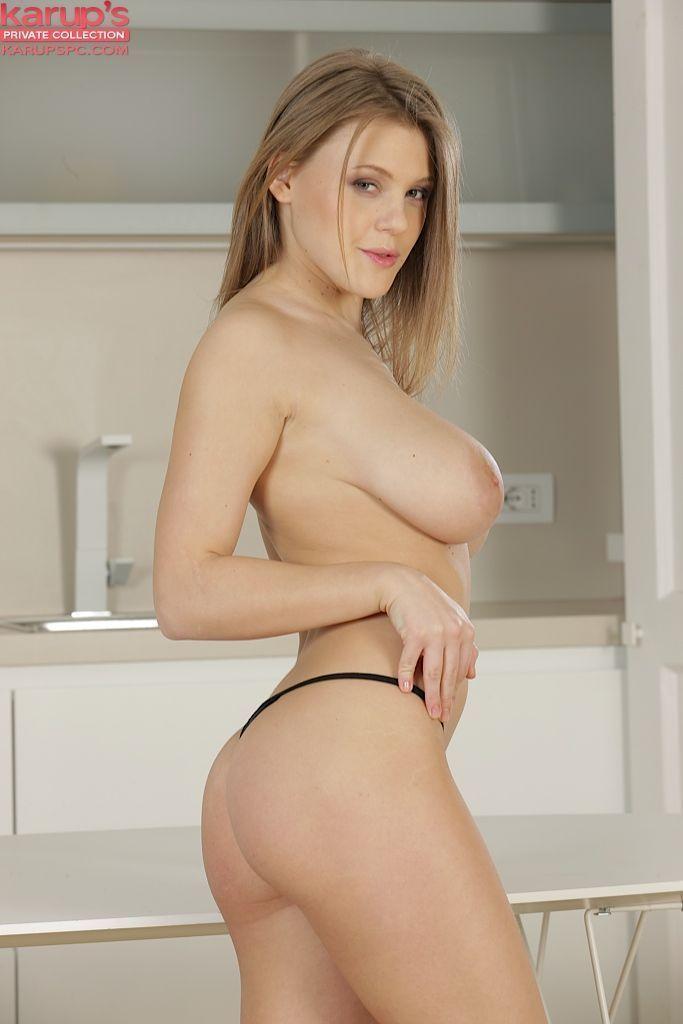 Fotos de modelo gostosa com peitões lindos e buceta rosada