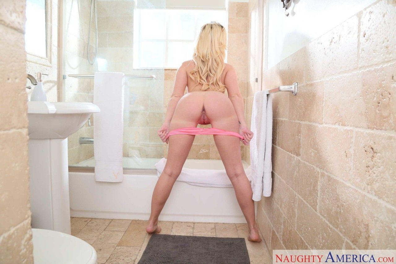 Fotos de mulher pelada gostosa fazendo striptease no banheiro