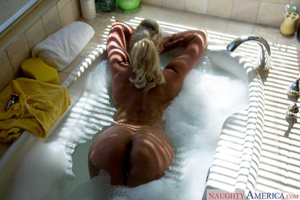 Loira gostosa rabuda se exibindo pelada em fotos na banheira