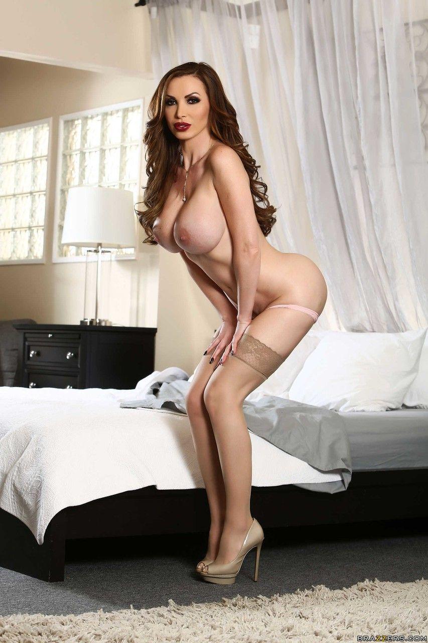 Mulher peituda sensual provocando e se exibindo tirando a roupa