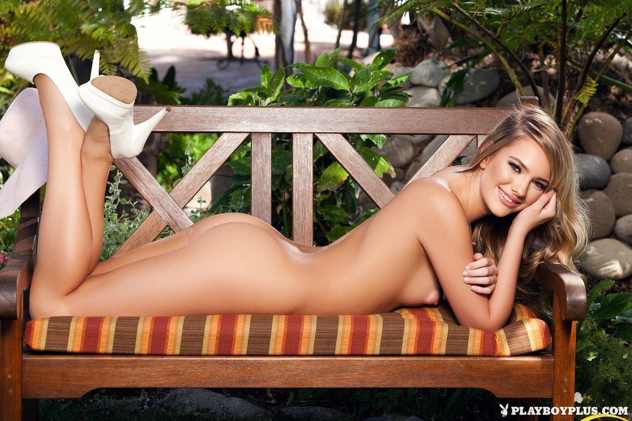 Mulher pelada magrinha se exibindo toda aberta em fotos sensuais