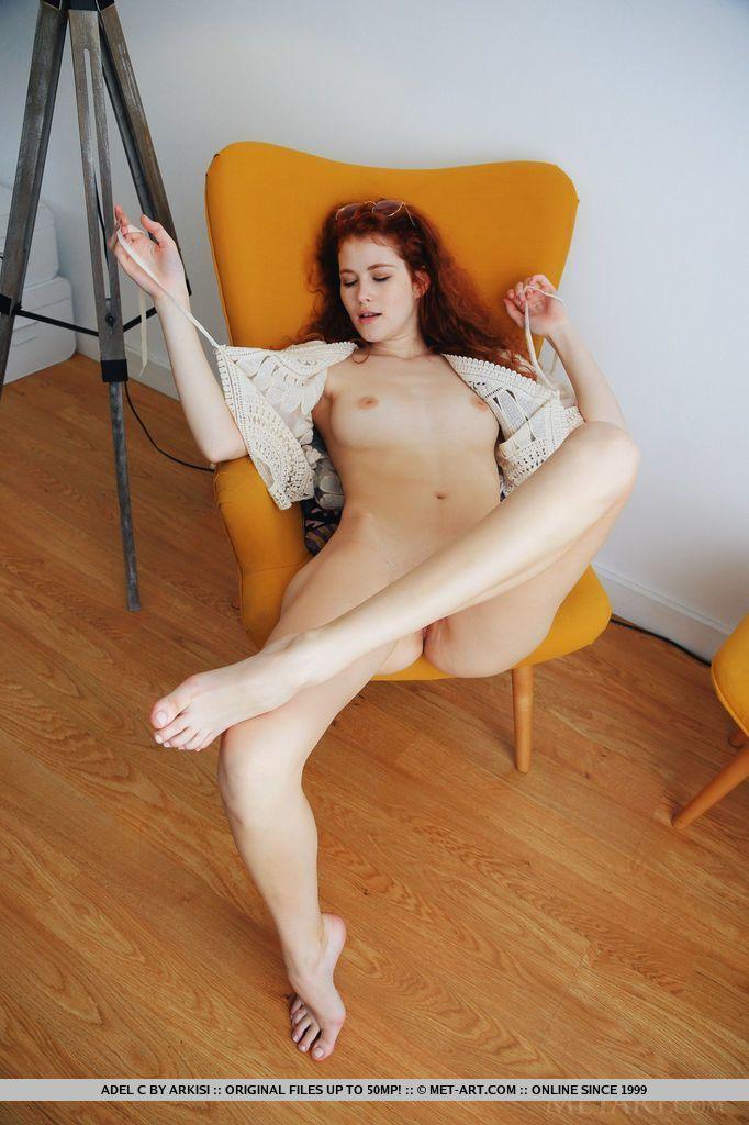 Ensaio de nudez com ruiva magrinha sexy toda depiladinha