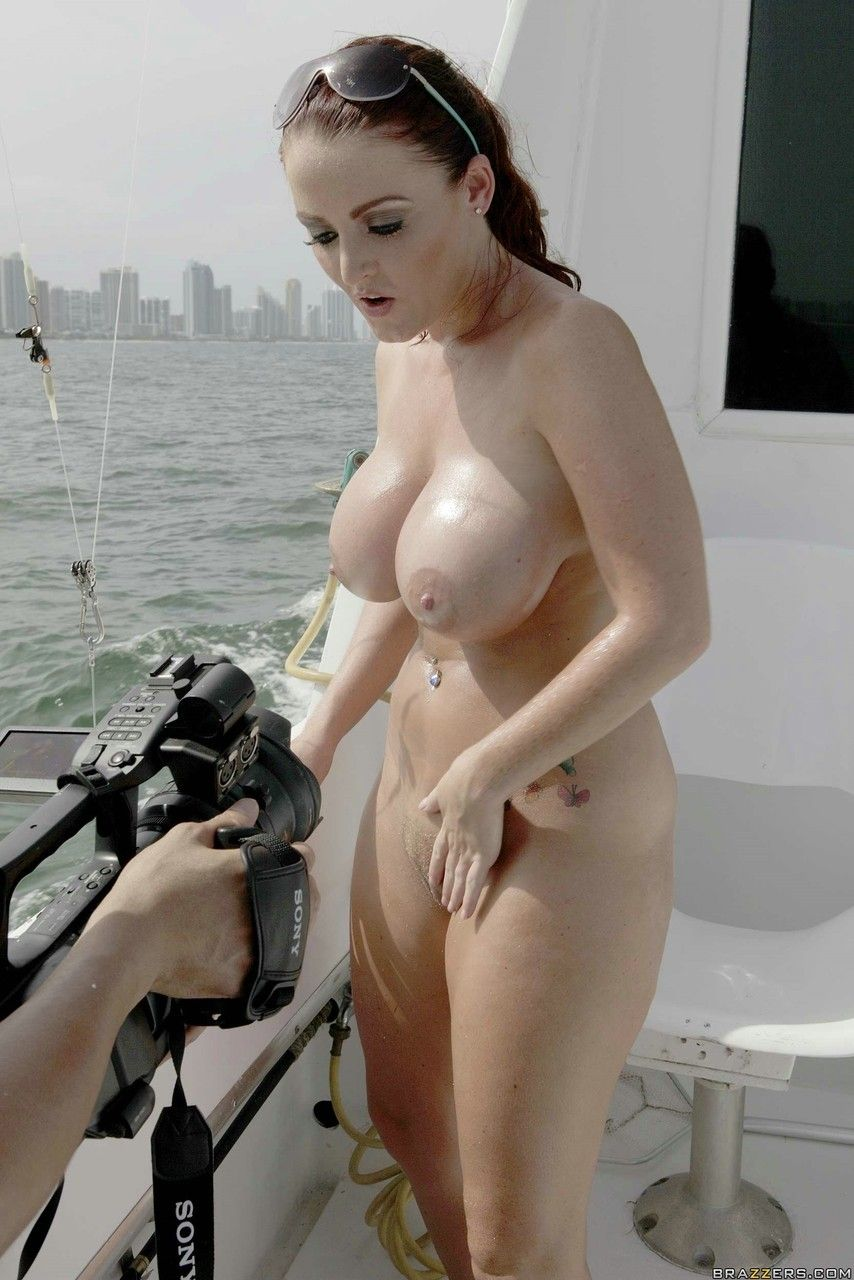 Ensaio sensual no barco ao ar livre com mulher peituda cavala