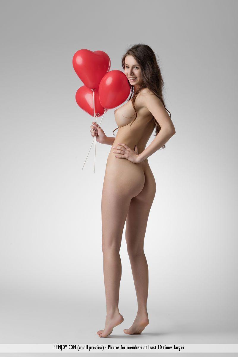 Fotos de novinha nua mostrando os peitos durinhos e a buceta lisinha