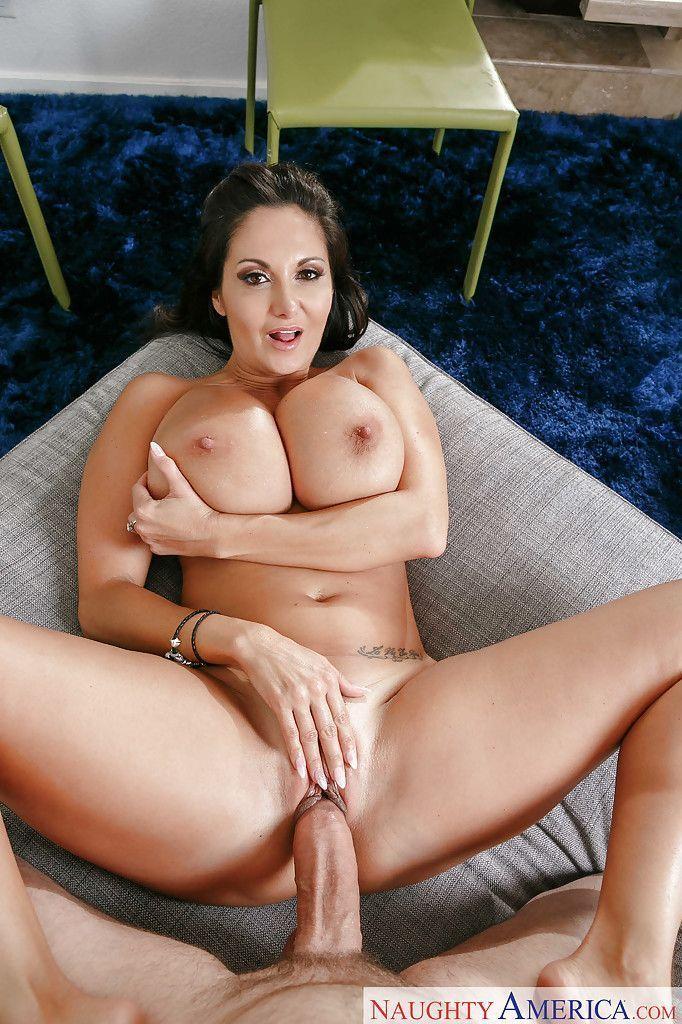 Fotos sexo gostoso com morena de tetonas grandes e buceta lisa