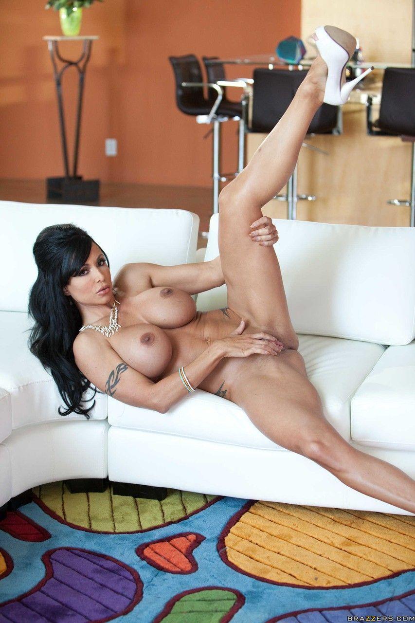 Morena pelada gostosa em fotos picantes de nudez