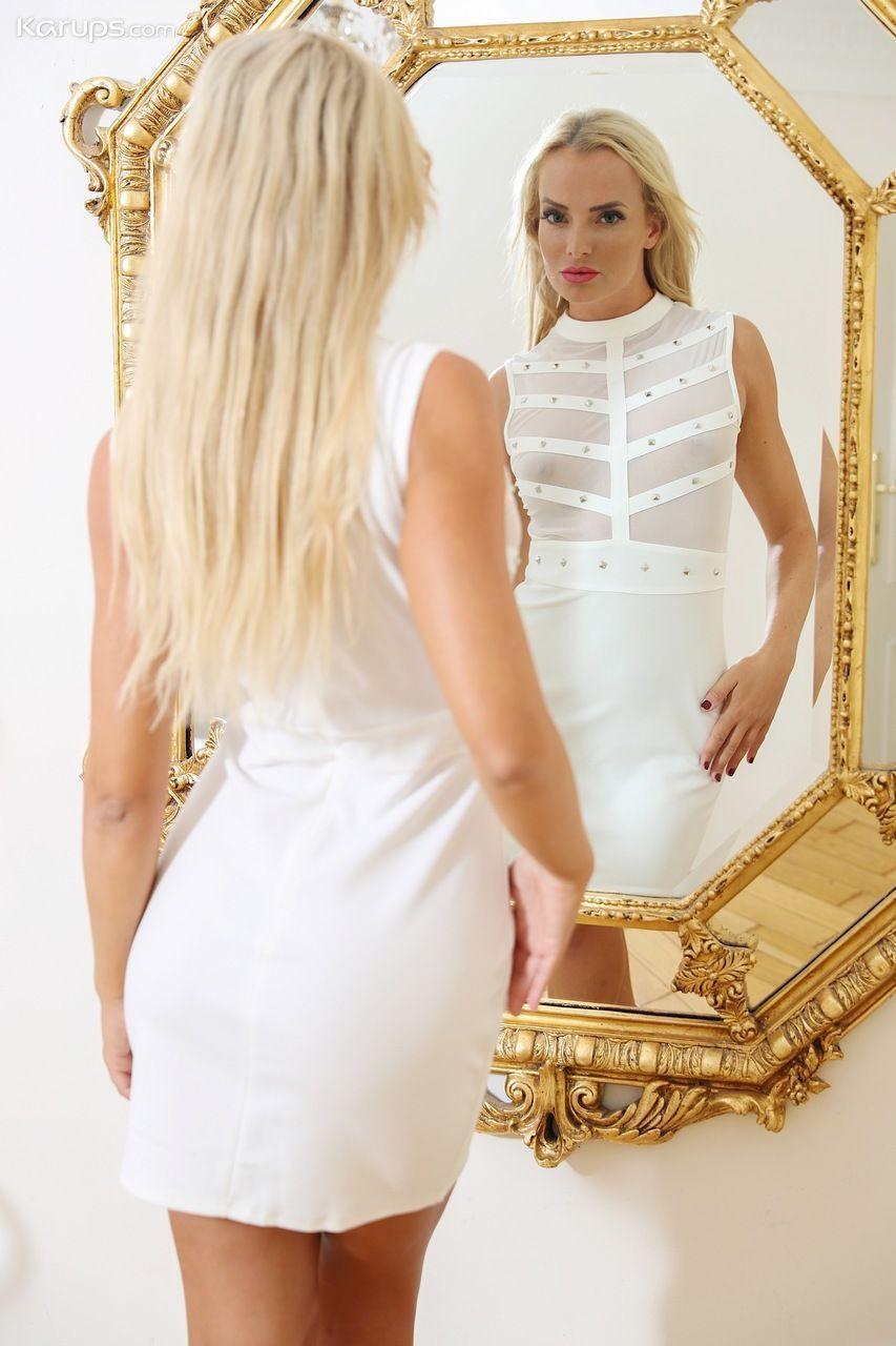 Mulher pelada magra tirando a roupa em ensaio sensual picante