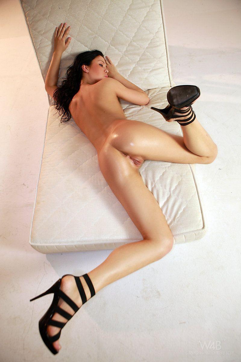 Novinha baixinha e magrinha toda nua em fotos super picantes