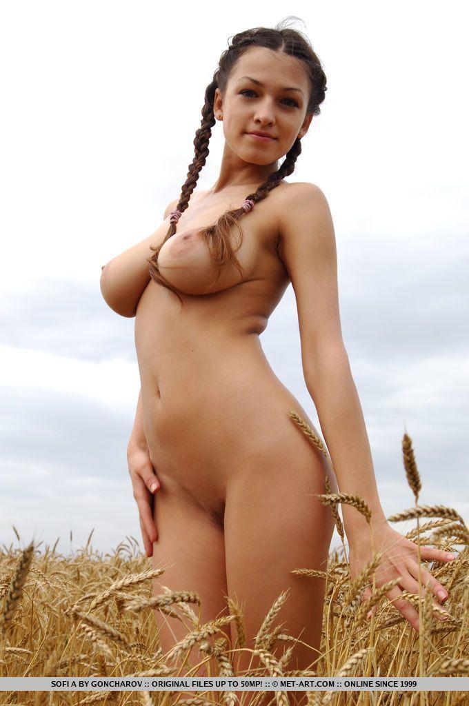 Novinha peituda faz ensaio sensual completamente nua no mato