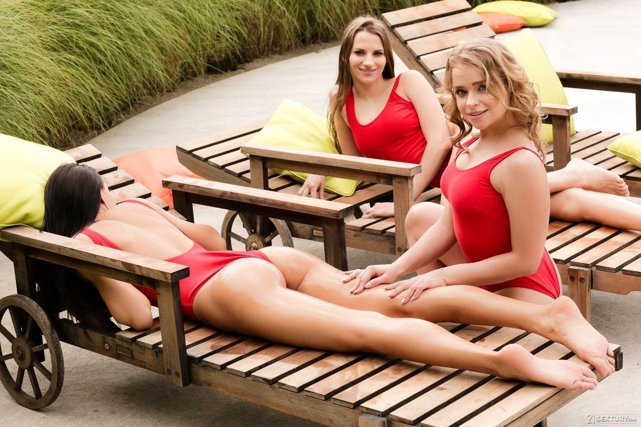 Amigas de bikini mostrando xoxota na beira da piscina