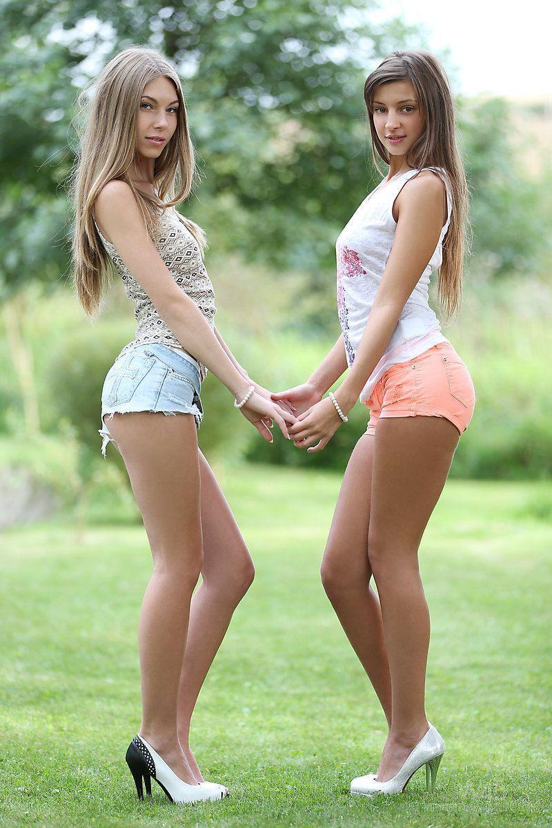 Amigas peladas tirando a roupa no parque juntas para fazer sexo