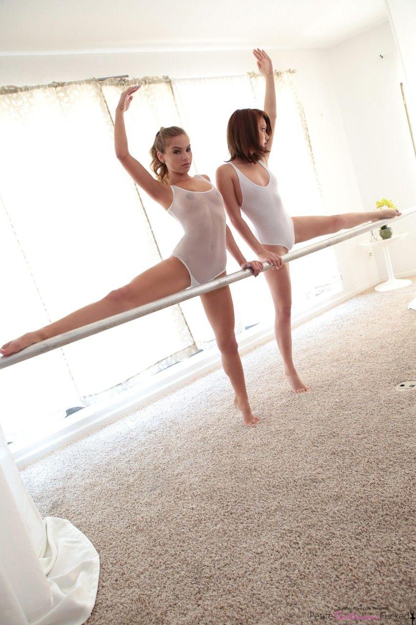 Bailarinas safadinhas tirando a concentração do professor na hora do treino