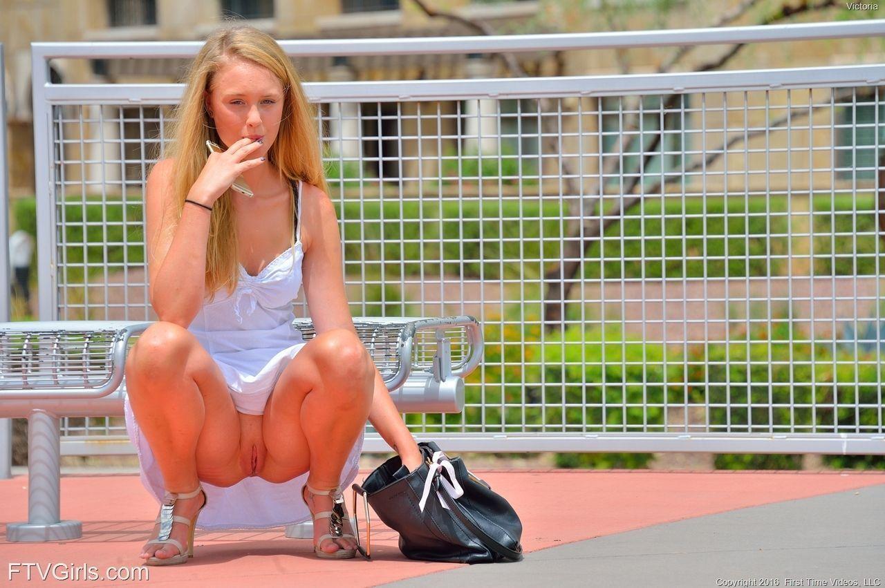 Caio na net mulher loira na rua peladinha sem calcinha