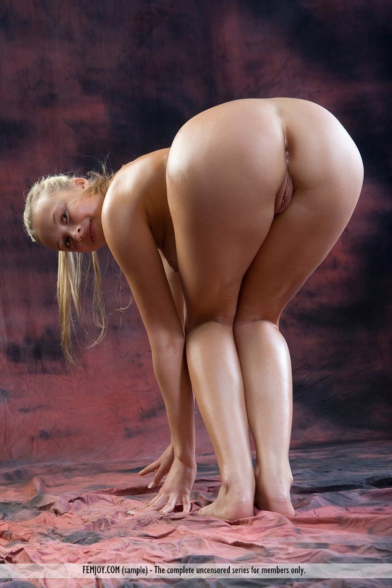 Fotos de loirinha peituda e com bucetinha lisinha se exibindo
