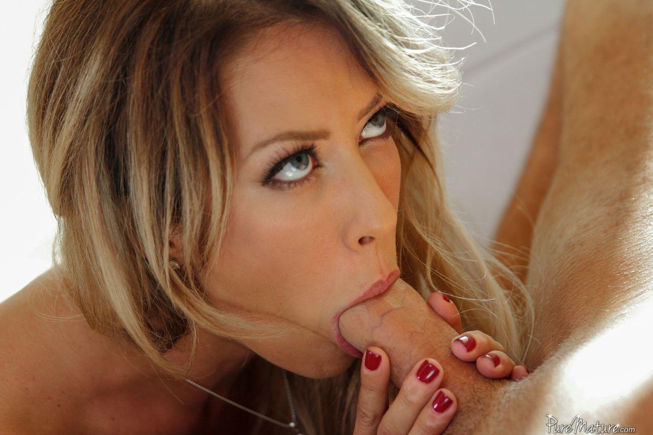 Fotos de loira dando o bucetão gostoso carnudo e apertado
