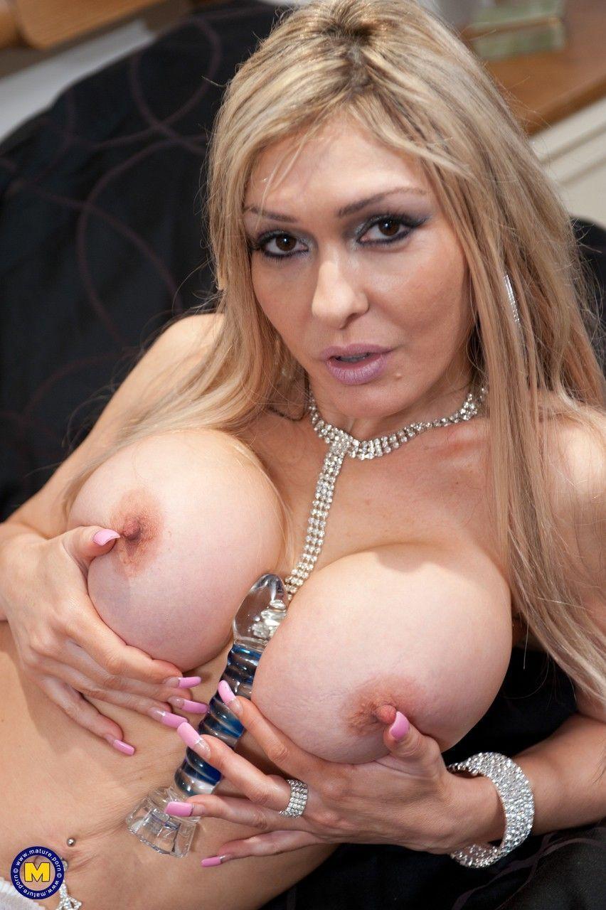 Fotos solo de coroa loira peituda se masturbando