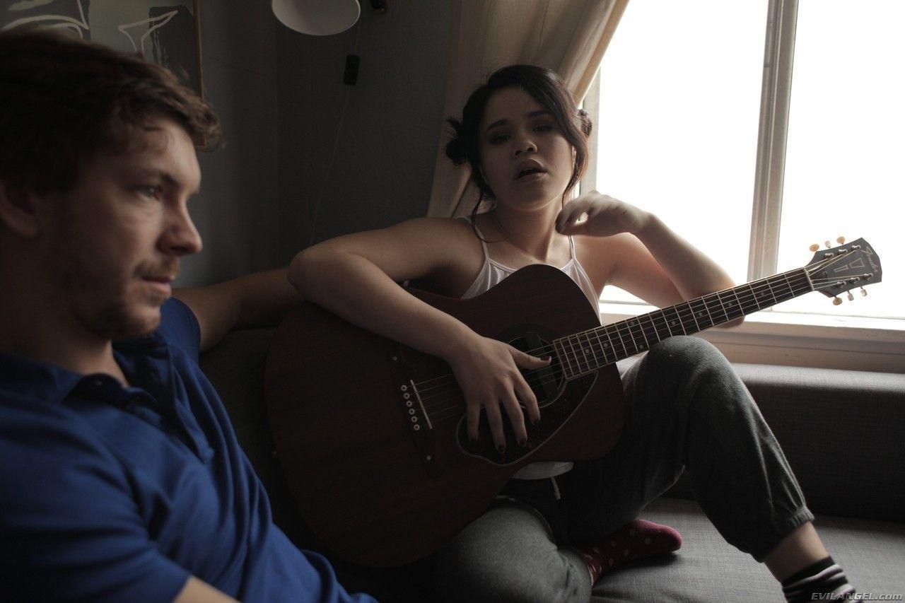 Gatinha tocando violão pelada mostrando sua buceta