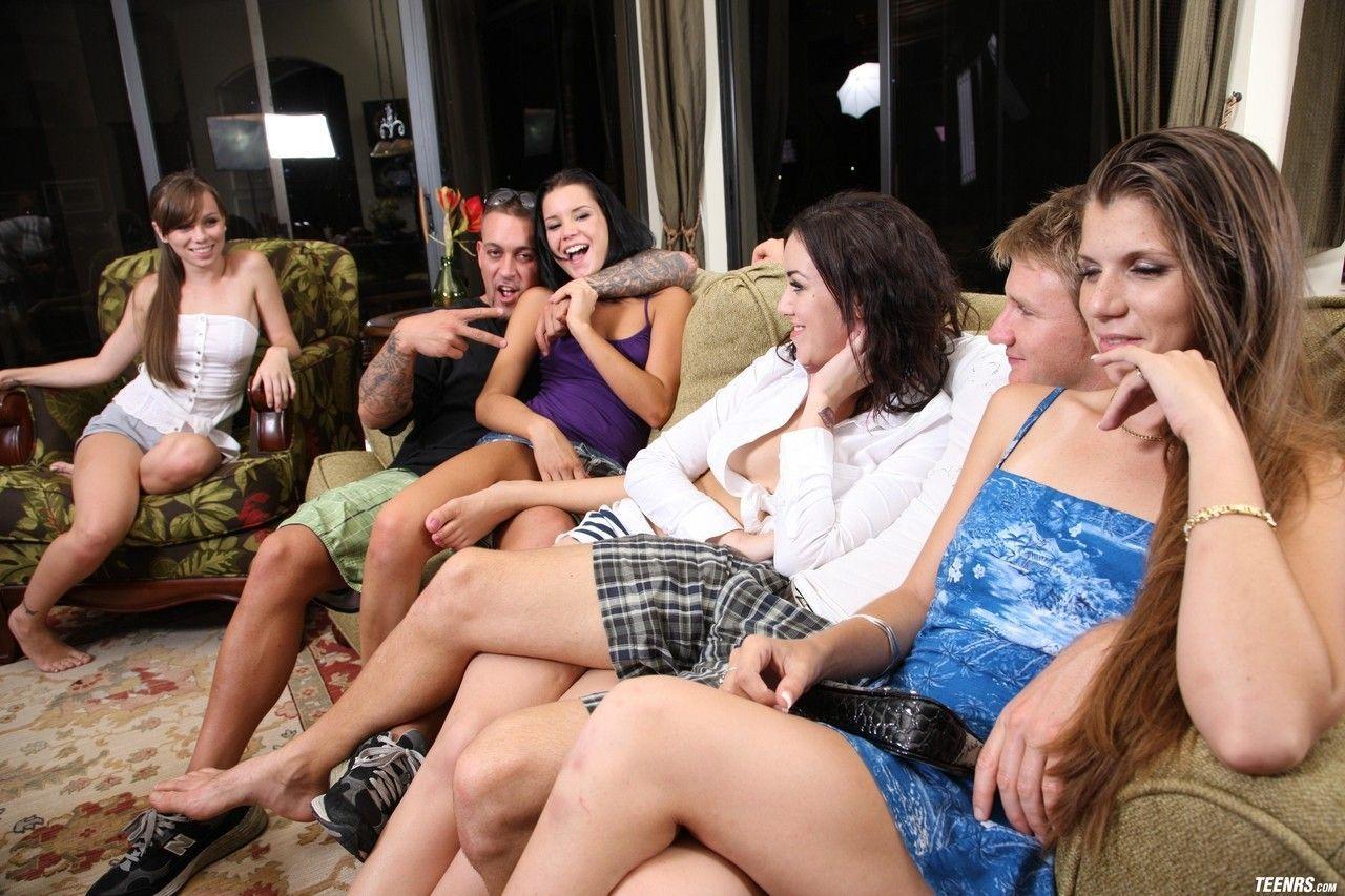 Grupo da faculdade fazendo uma festinha regado a putaria e muita safadeza