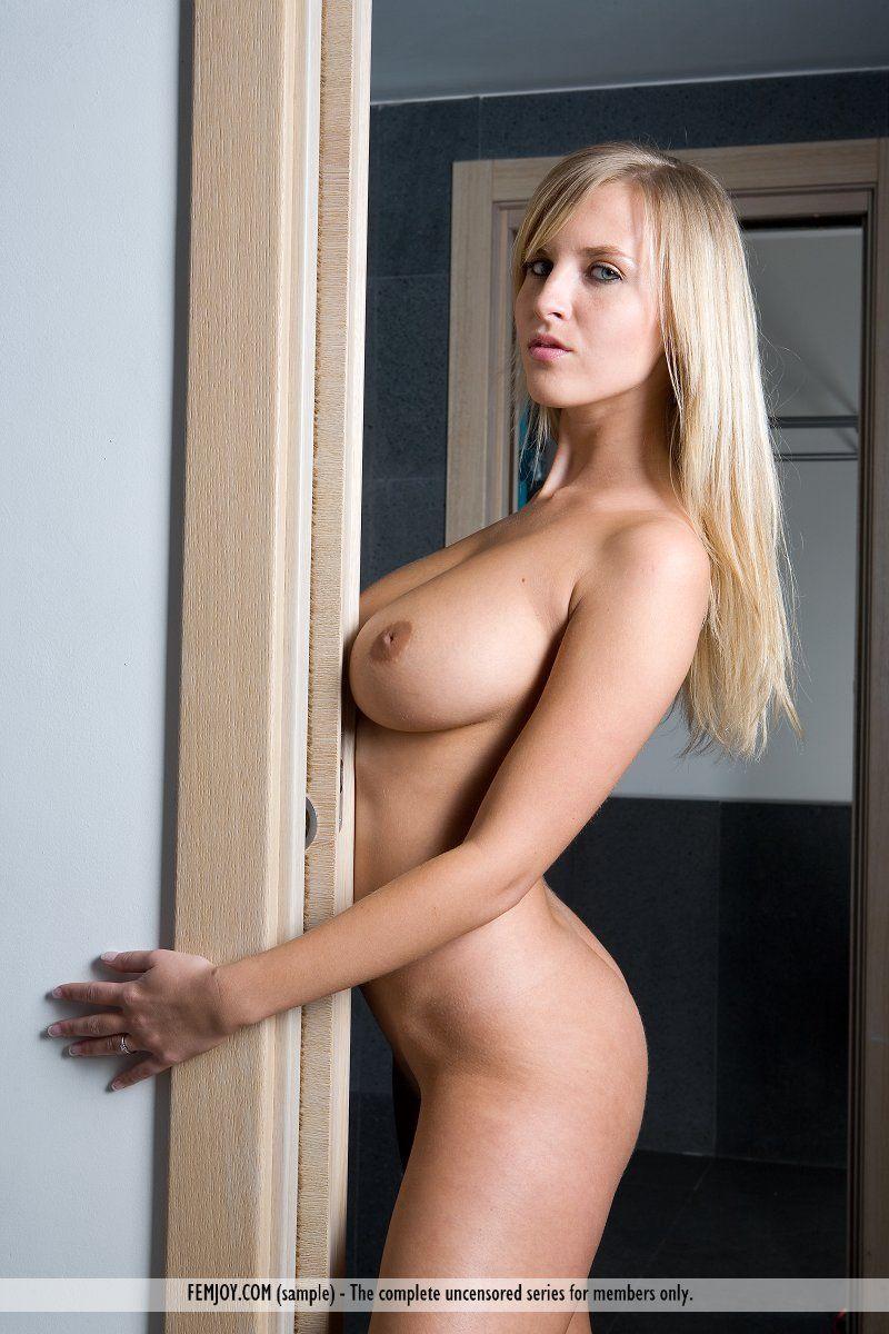 Loira gostosa pelada mostrando os peitões e a buceta linda