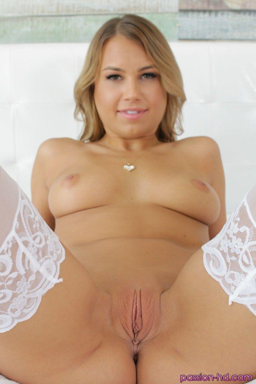 Loira sensual tesuda mostrando toda sua bunda para a camera