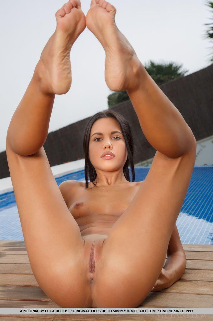 Morena sexy novinha com buceta lisa fechadinha