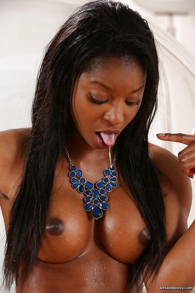 Mulher negra gostosa pelada em fotos solo de masturbação