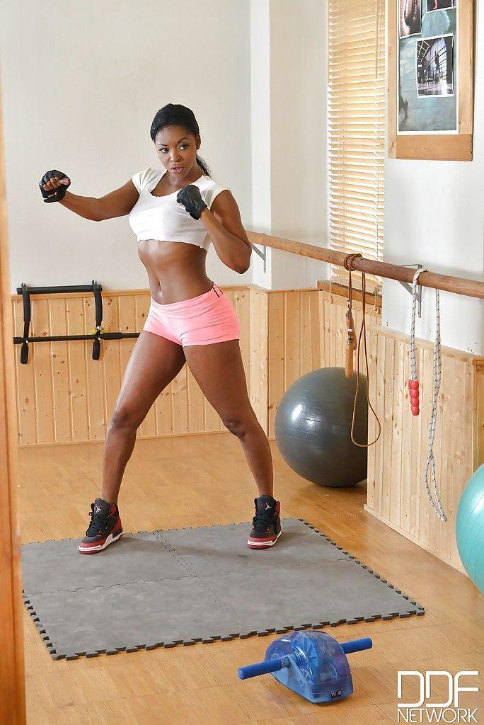 Mulher negra nua se masturbando depois do treino