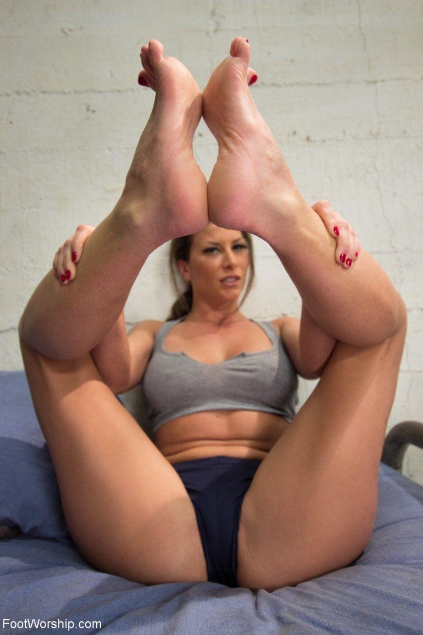 Mulheres na prisão mostrando seu fetiche por pés com suas amigas