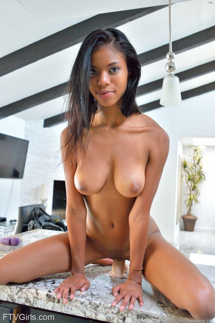 Negra novinha sexy em fotos de masturbação