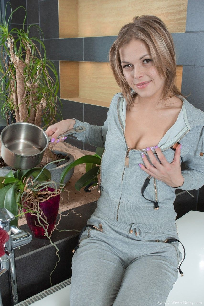 Novinha ruiva peluda em fotos sensuais dentro da sua casa