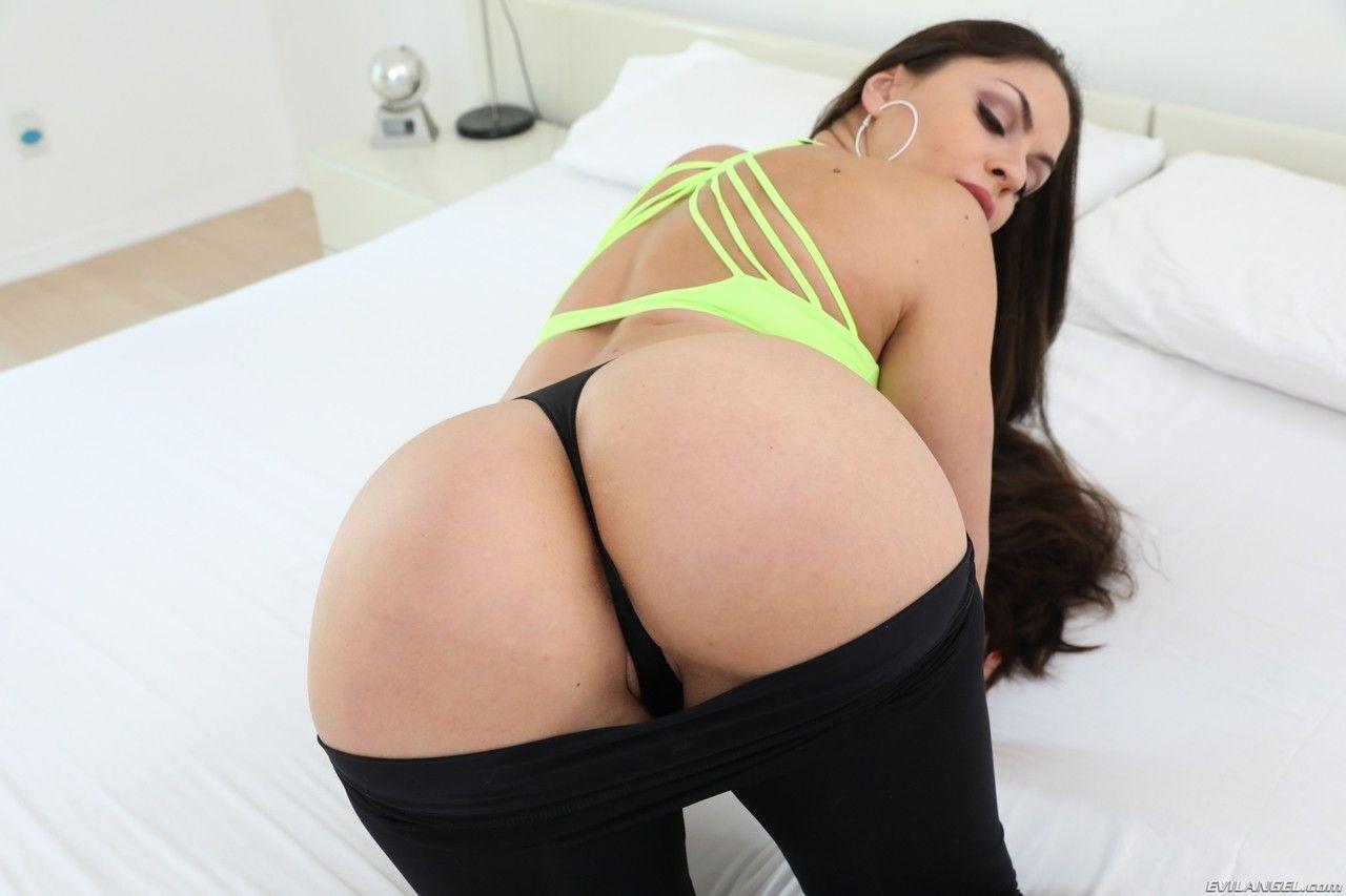 Porno interracial com gostosa arriscando transar com dois negões pauzudos
