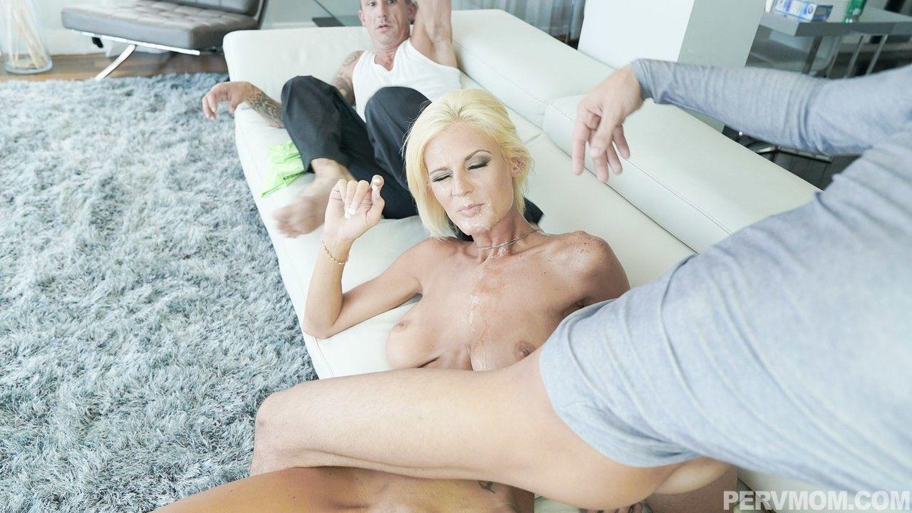 Mamãe gostosa treinando a bundinha para seu marido