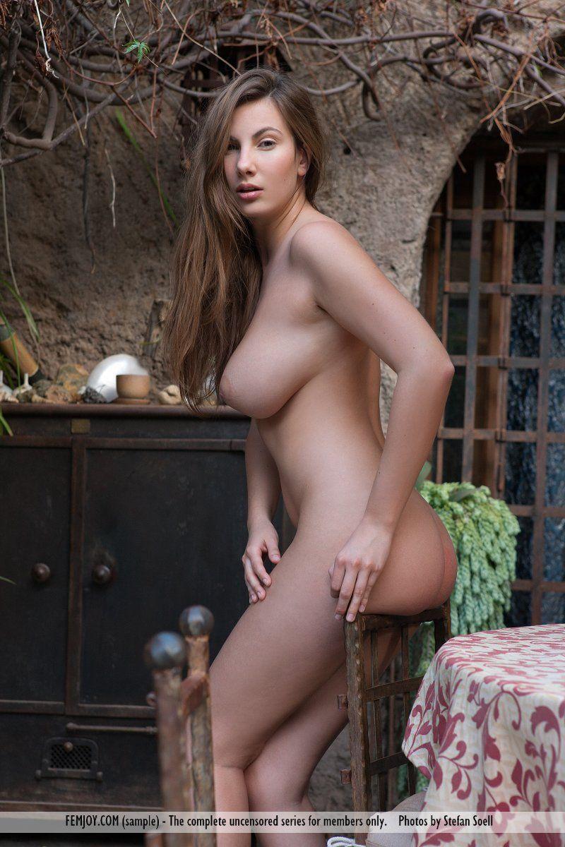 Novinha peituda nua em fotos ao ar livre