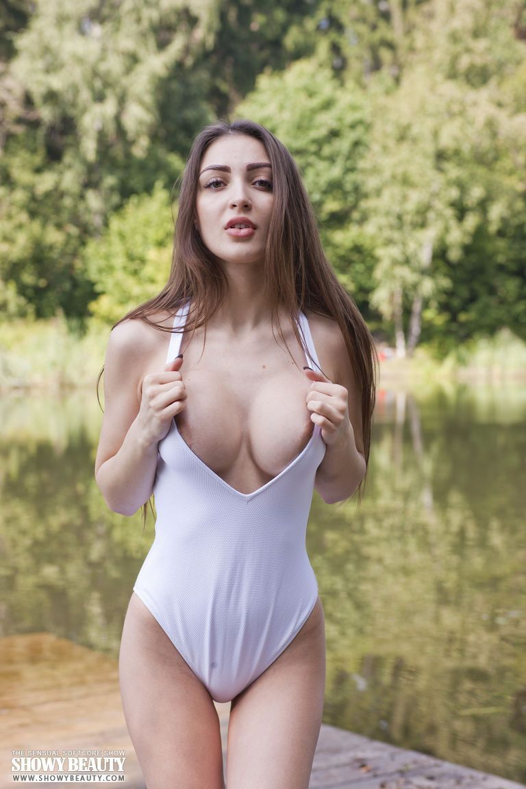 Nudelas mostra mulher linda na beira do lago peladinha