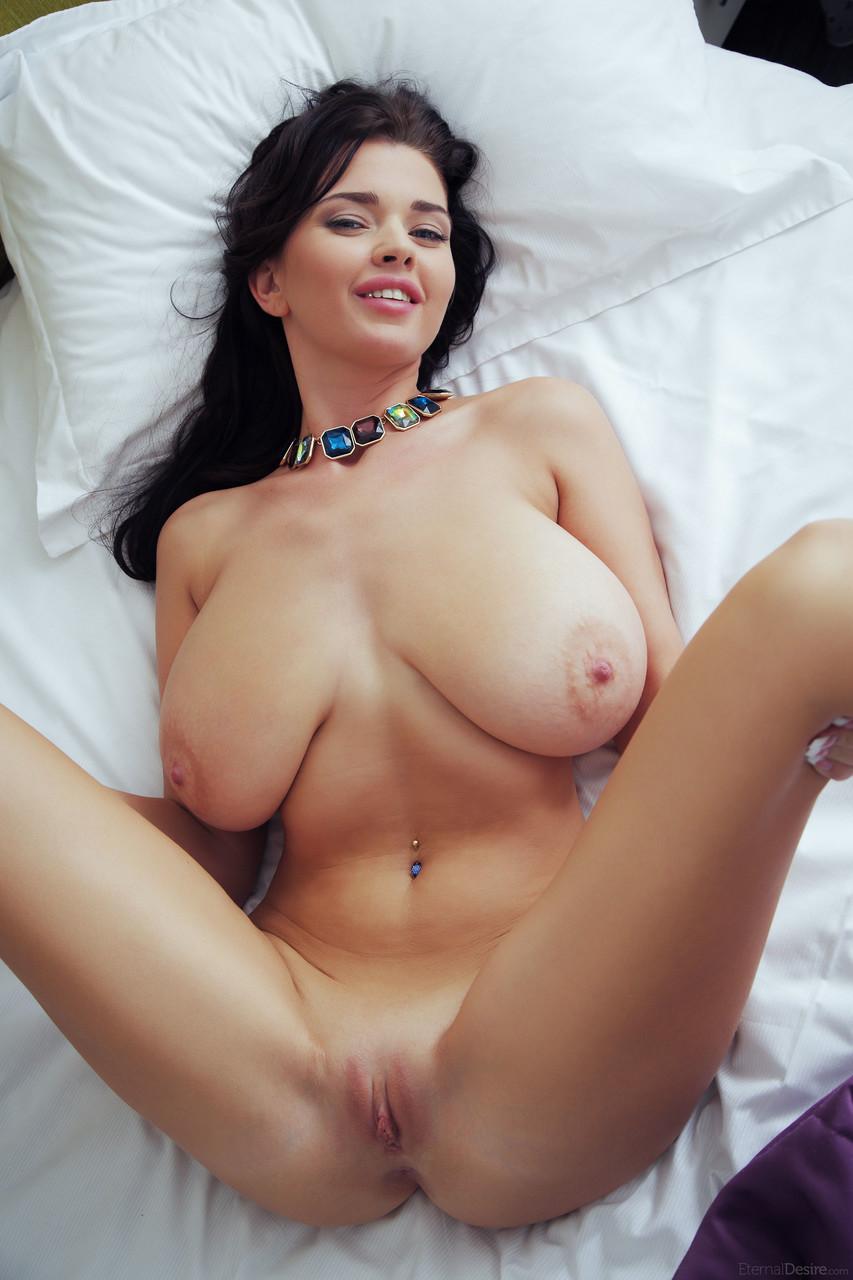Novinha linda atraente e toda nua em fotos quentes
