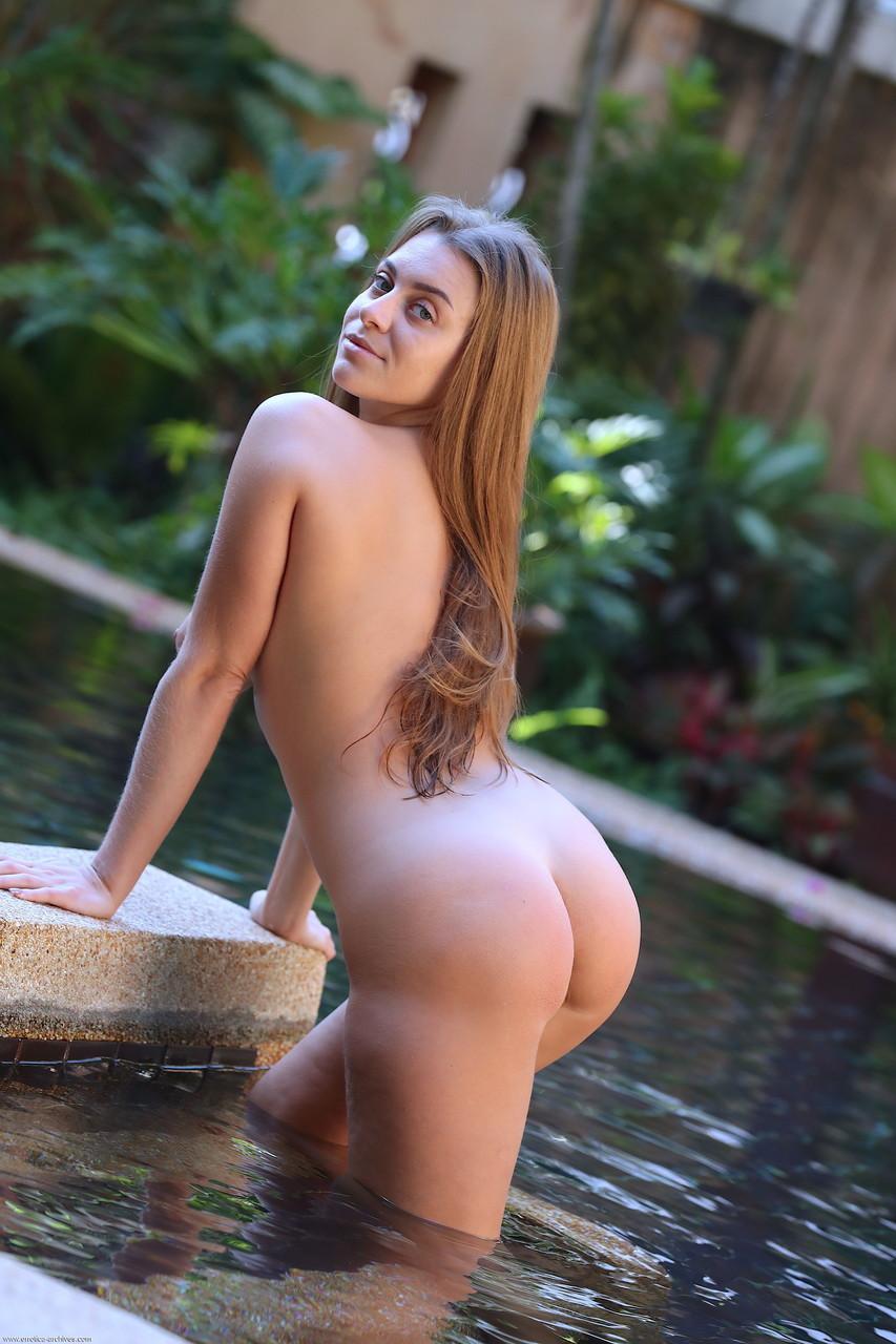 Mulher pelada sensualizando em fotos na piscina