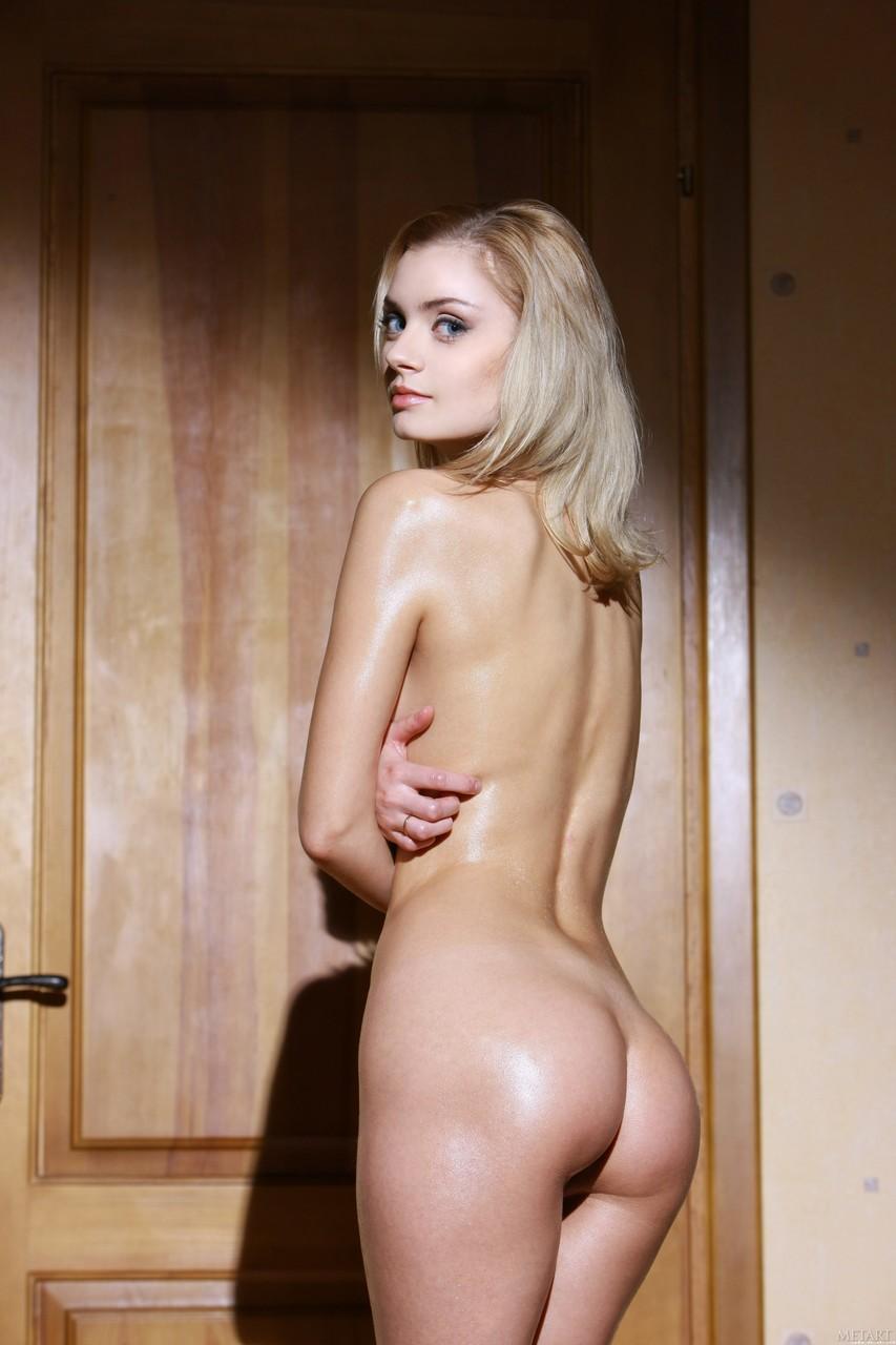 Novinha safada com peitinhos lindos e buceta lisa